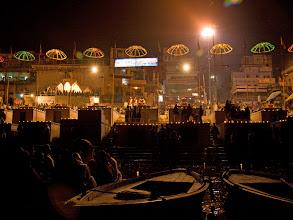 Photo: Hinduseremoniaa seurattiin joelta veneistä