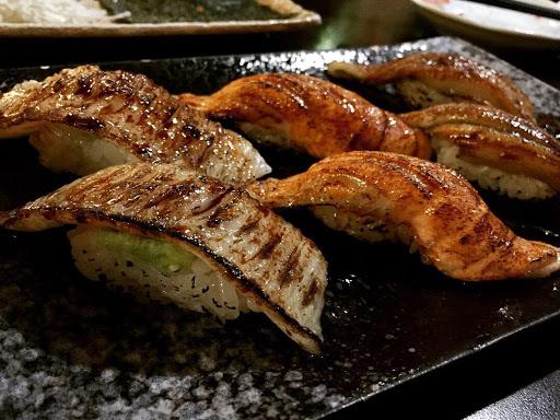 入口即化的炙燒比目魚、 炙燒鮭魚及炙燒鰻魚握壽司 還有肉質鮮嫩的 日本當季直送秋刀魚 食物美味 氣氛輕鬆 值得一訪再訪👍🏻👍🏻👍🏻