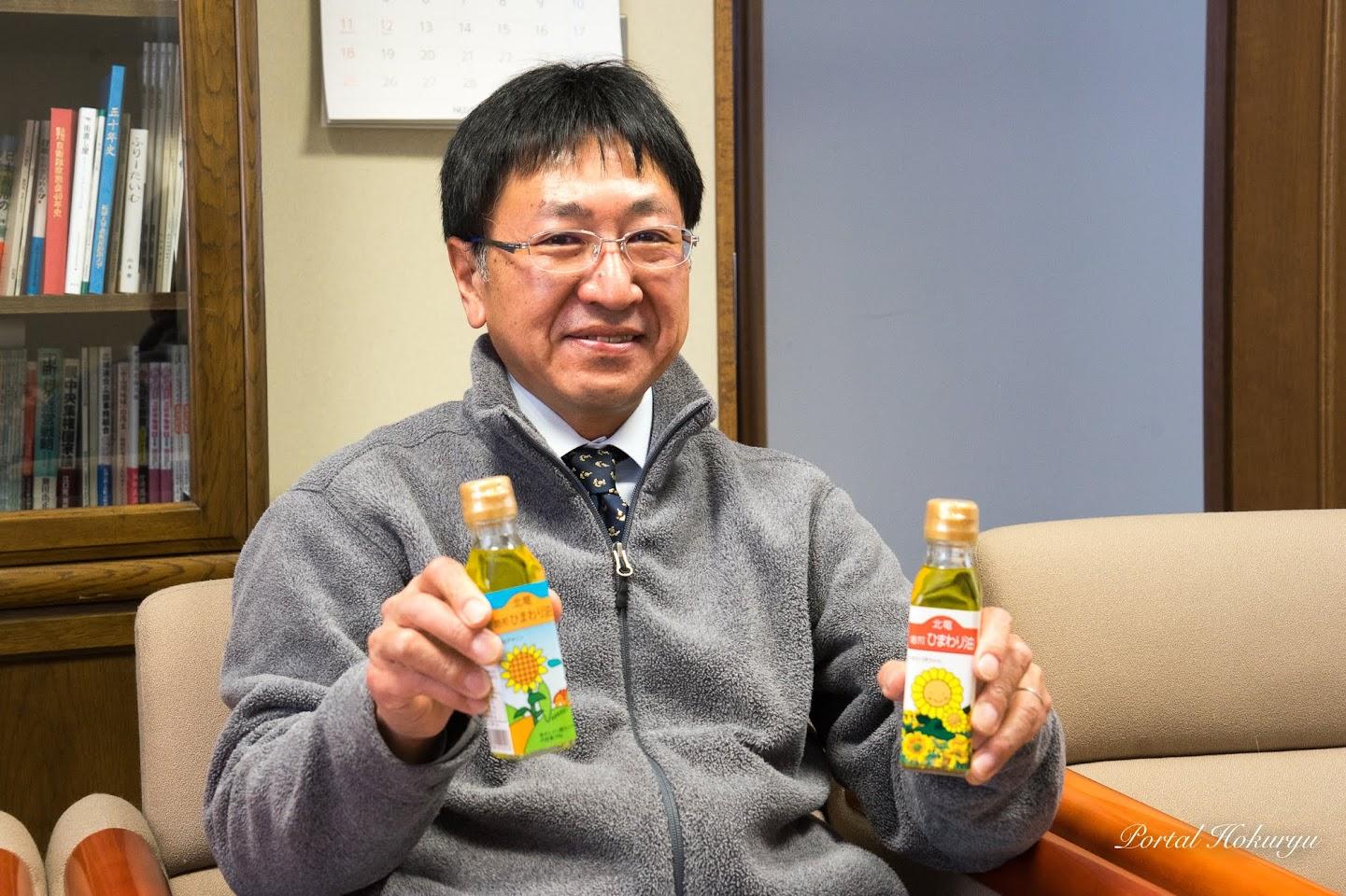 焙煎ひまわり油を紹介する濱田さん