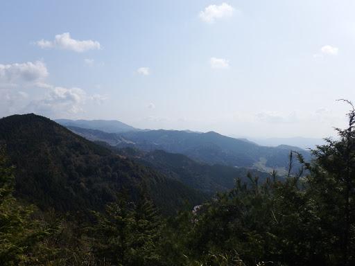 観音山(中央)、本宮山(左奥)