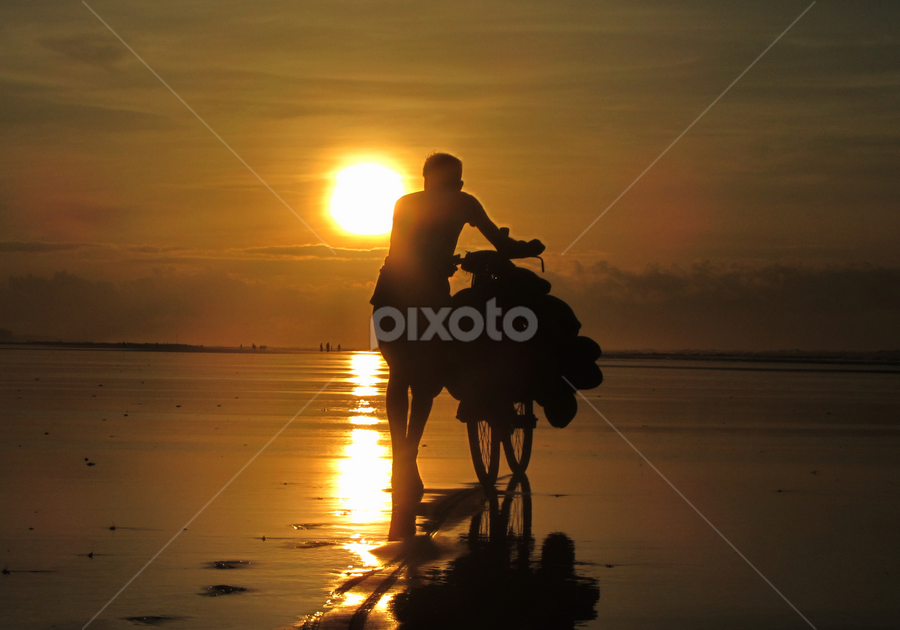 A Person facing Sunrise by Shambhunath Sadhu - Novices Only Street & Candid ( sky, twilight, art, candid, beach, sunrise, photography, man, sun, human,  )