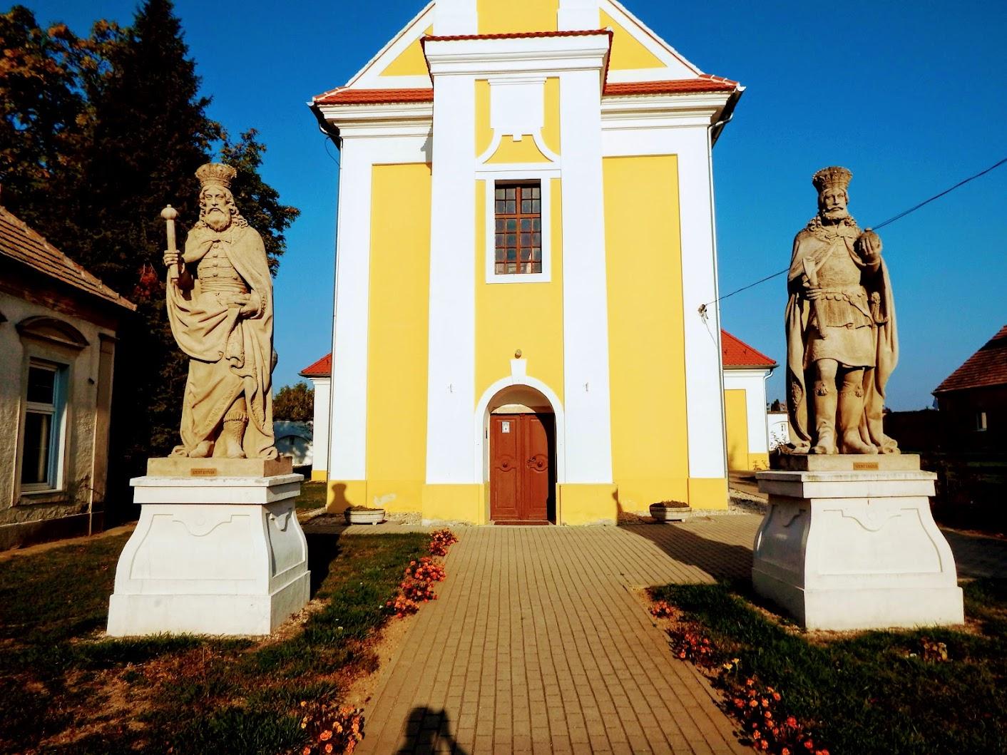 Simaság - Szent István-szobor a templom előtt