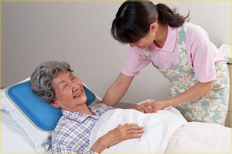 Hình ảnh điều dưỡng Đức trò chuyện cùng người bệnh