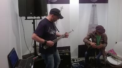 Photo: Budoucnost elektrických kytar? Snad ne ... Celkem to jinak řeže do rukou a připadal jsem si jako bych hrál na kráječ vajíček...