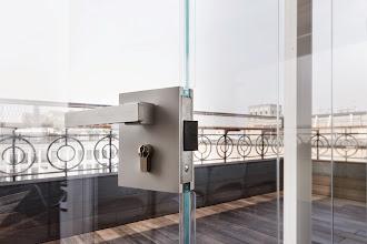 Photo: Serratura e maniglia: Design GM Morando. Dettaglio vetri extrachiari.