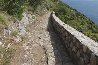 Photo: In questo tratto sembra sia solo stato rimosso l'asfalto che copriva l'antico  selciato
