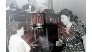 Virtudes Castro (a la derecha) en una votación en el Congreso de los Diputados en 1977, junto a su compañera y amiga Amalia Miranzo.
