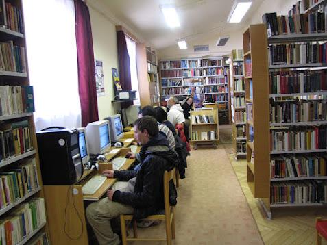 Számítógépező emberek a könyvtárban