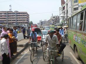 """Photo: Jezdit autem v Bangladéši je o nervy. Zvlášť když se před vámi předhání (nebo lépe řečeno """"plazí"""") rikše."""