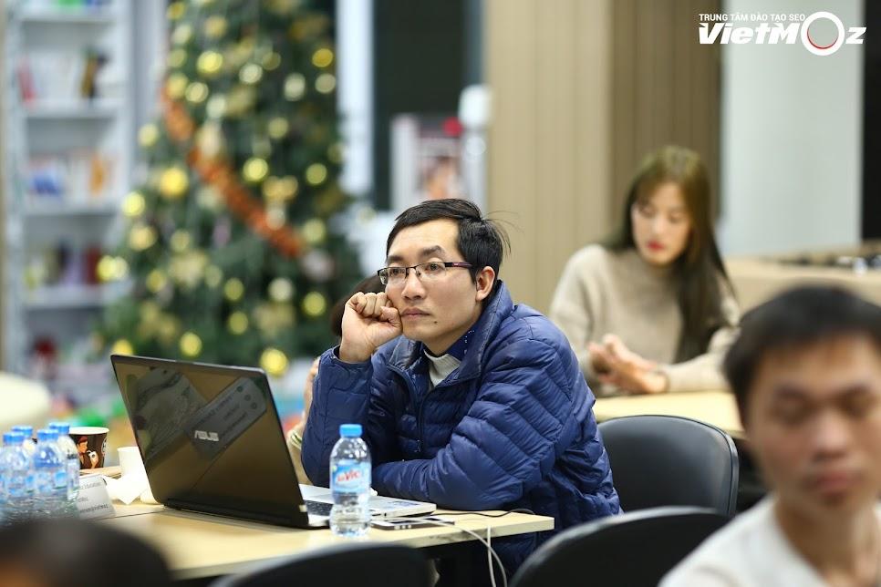 Hình ảnh học viên chăm chú lắng nghe bài thuyết trình