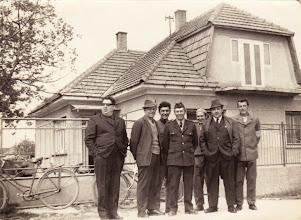 Photo: Felső kép: Balról: Fél László (Bálint), Kustyán Lajos, Misák Endre, Gaál Lajos, Misák Pál, Szabó Gyula, Ádám István. Misák Endréék háza előtt.