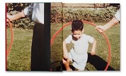 jongetje springt door een hoepel