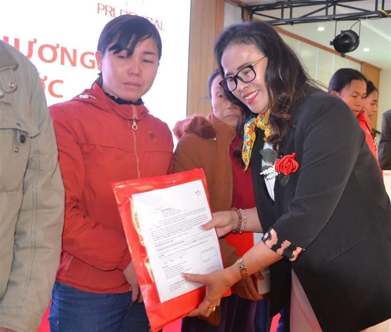 Bà Võ Thị Thịnh, Giám đốc Văn phòng Tổng Đại lý Prudential Nghệ An chia sẻ với những hoàn cảnh khó khăn