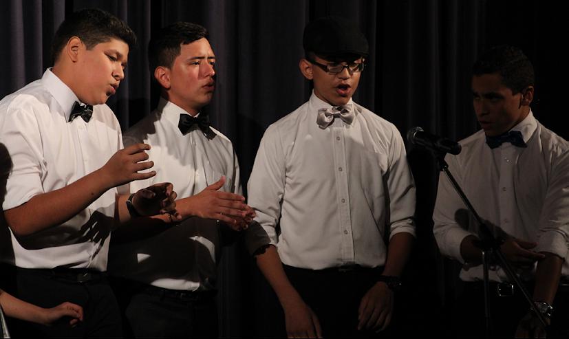 La voz masculina se hizo sentir por los cuatro jovenes cantantes de la orquesta.