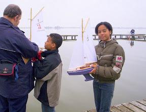Photo: De Bootjesclub laat z'n zelfgemaakte bootjes te water. Foto Herman Verschuren