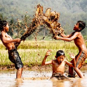 bermain lumpur by Doeh Namaku - Babies & Children Children Candids ( kids playing in summer )