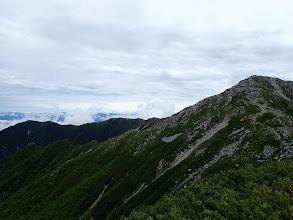 中央の将棊頭山から茶臼山(左)への稜線(右は木曽駒ケ岳)
