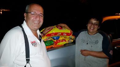 Photo: Deixando alguns pacotes de ração para os animais da Profa. Ana Cristina.