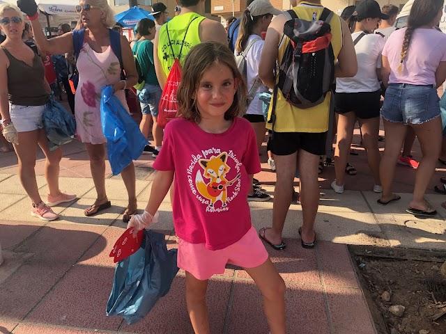 Valeria Guillén preparada para recoger basura.