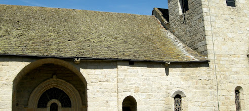 Photo: L'église Saint-Étienne : c'est un ancien prieuré bénédictin, remontant à 1061, attesté en 1123, au cœur de la baronnie de Peyre. Très remaniée aux XIIe et XIIIe siècles, elle a conservé son chœur roman et plusieurs chapelles latérales gothiques.