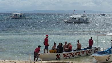 Photo: Det meste af sejlturen foregik i den lidt større båd et stykke ude, men vi blev omladet til den mindre båd i forgrunden det sidste stykke - i bølgegang og mørke :)