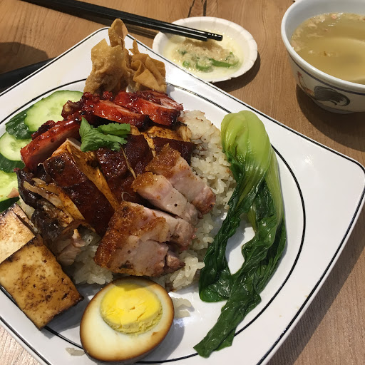 點了套餐 叉燒燒肉和醬油雞 主菜料理還可以 店內乾淨 飯煮的有點爛 配菜不好 青菜是冷的,炸餛飩是冷的 豆腐沒味道 有送雞湯