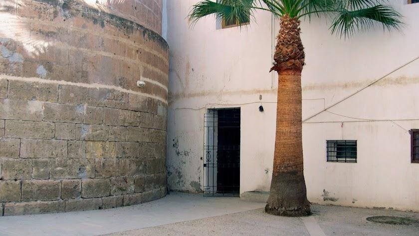 Patio trasero de la Catedral. Al fondo, la puerta por la que se accede al aula del antiguo colegio de los Seises.
