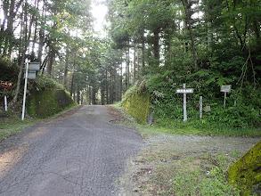 右に高天良林道入口