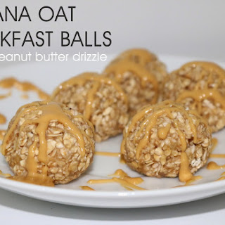 BANANA OAT BREAKFAST BALLS {WITH A PEANUT BUTTER DRIZZLE}.