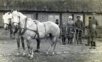 Photo: Sødalvej nr. 5. fra venstre X, Anna og Inga Brøndum (mor og datter), X ,  Henry Brøndum  og Kristian (far og søn) 1930-31