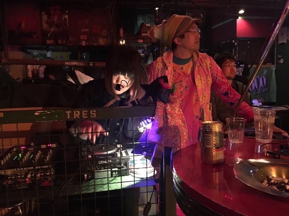 ひんでんさんは司会。バンド「1969」企画LIVE。@ヘブンズドア。DJ トッコちゃんと、「生身の」ひんでんさん。
