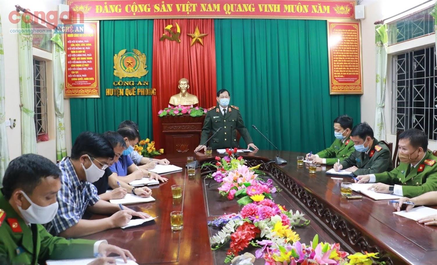 Thiếu tướng Nguyễn Hữu Cầu, Uỷ viên BTV Tỉnh uỷ, Giám đốc Công an tỉnh chỉ đạo các lực lượng nghiệp vụ nhanh chóng vào cuộc điều tra, truy bắt nhóm đối tượng ma tuý này