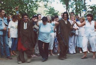 Photo: Na festynie w XVIII-tej dzielnicy Budapesztu - Grecy uczą tańczyć zorbę Indian z Chile (2008 r.)