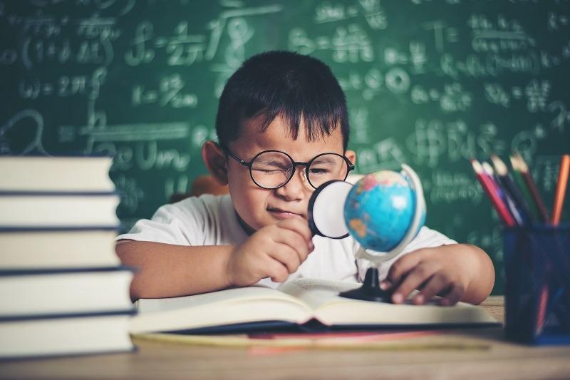 A partir de 5, 6 graus de miopia a criança tem chances de problemas graves oftalmológicos, como estrabismo em adultos. Fonte: (Freepik/jcomp/Reprodução)