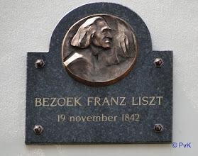 Photo: De bronzen plaquette met de beeltenis van Franz Liszt