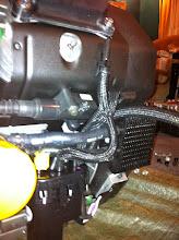 Photo: radiateur d'huile à droite et pompe carburant à gauche (injection oblige)
