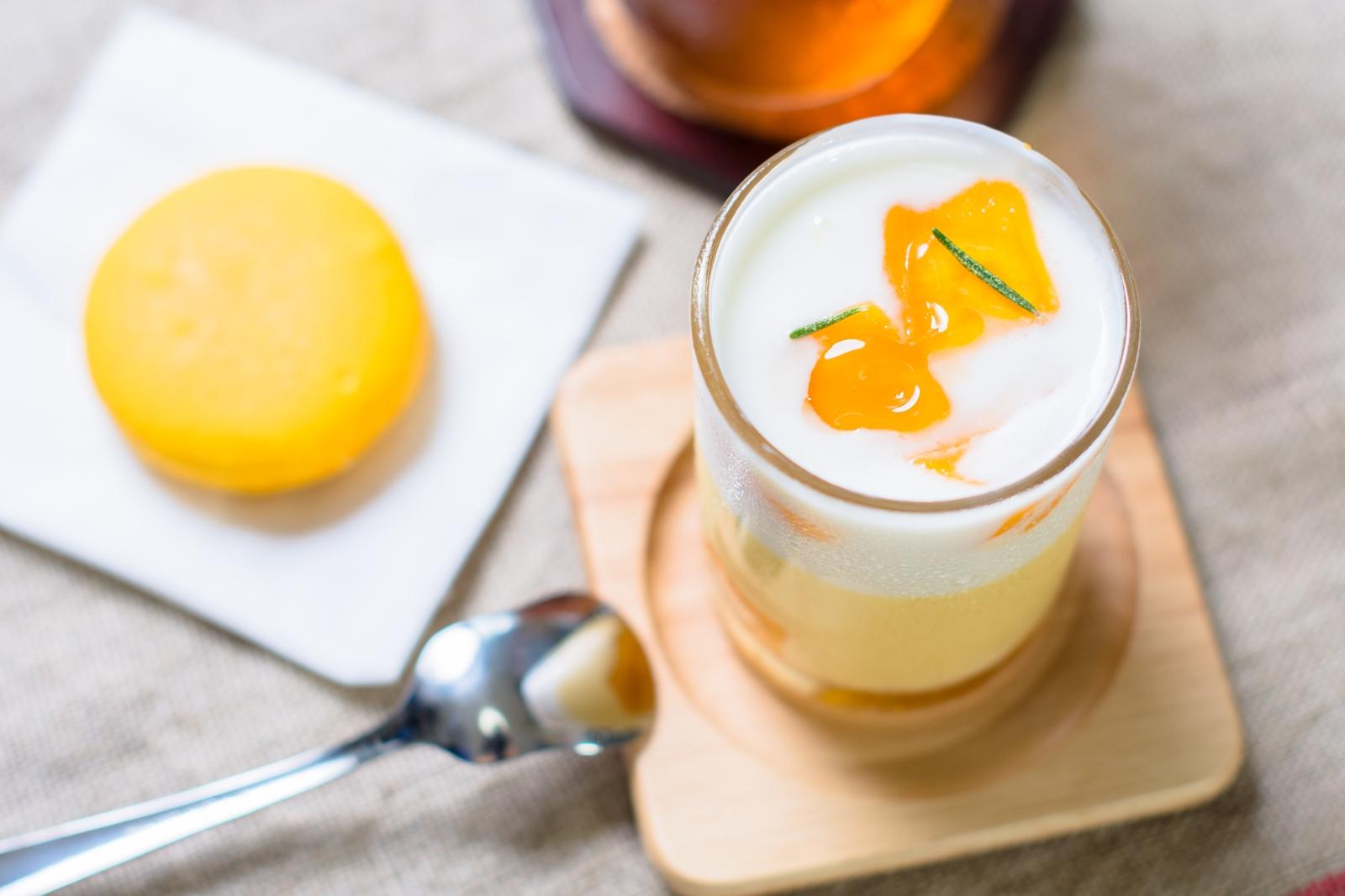 Photo: 「ヴェリーヌ・マングー」 フランス菓子 エリティエ  南国の甘みたっぷりなプリン☆  上の層には 甘み控えめのさらっとしたヨーグルト その下には とっても柔らかくあま~いマンゴープリン 合わせてすくって口へ入れると 口の中にとっても爽やかな夏が訪れます♪ アップルマンゴーのとろけるような果実も 上から下までごろごろと、 たっぷりと堪能させてもらいました☆  合わせてアプリコットのマカロンも一つ マカロンはカップスイーツを食べつつ もう少しという時にも嬉しいですね~^^  「 フランス菓子 エリティエ 」 http://heritier-jp.com/  Nikon D7200 Nikon AF-S NIKKOR 50mm f/1.4G  #ケーキの日 #ごちそうフォト ( http://takafumiooshio.com/archives/2690 )