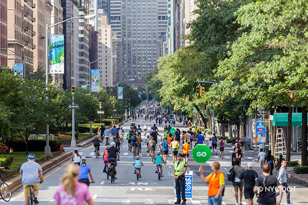 """Nova York suspendeu o tradicional projeto """"Ruas de Verão"""", mas abriu 150 quilômetros de vias exclusivamente para pedestres e ciclistas durante a pandemia. (Fonte: New York City)"""