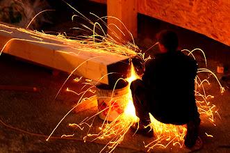 Photo: 06-11-2012 © ervanofoto Hoewel het eigenlijk schrijnwerkers zijn, moeten ze toch af en toe eens aan de metaalverwerking. Voor deze klus blijkt de slijpschijf het ideale gereedschap.