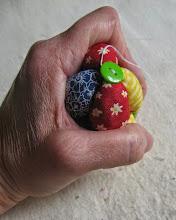 Photo: На этом этапе желаю вам ловкость пальчиков и терпение. Приноровитесь левой рукой крепко сжимать мешочки в мячик. При пришивании последнего мешочка, все хвостики должны находиться внутри мячика.