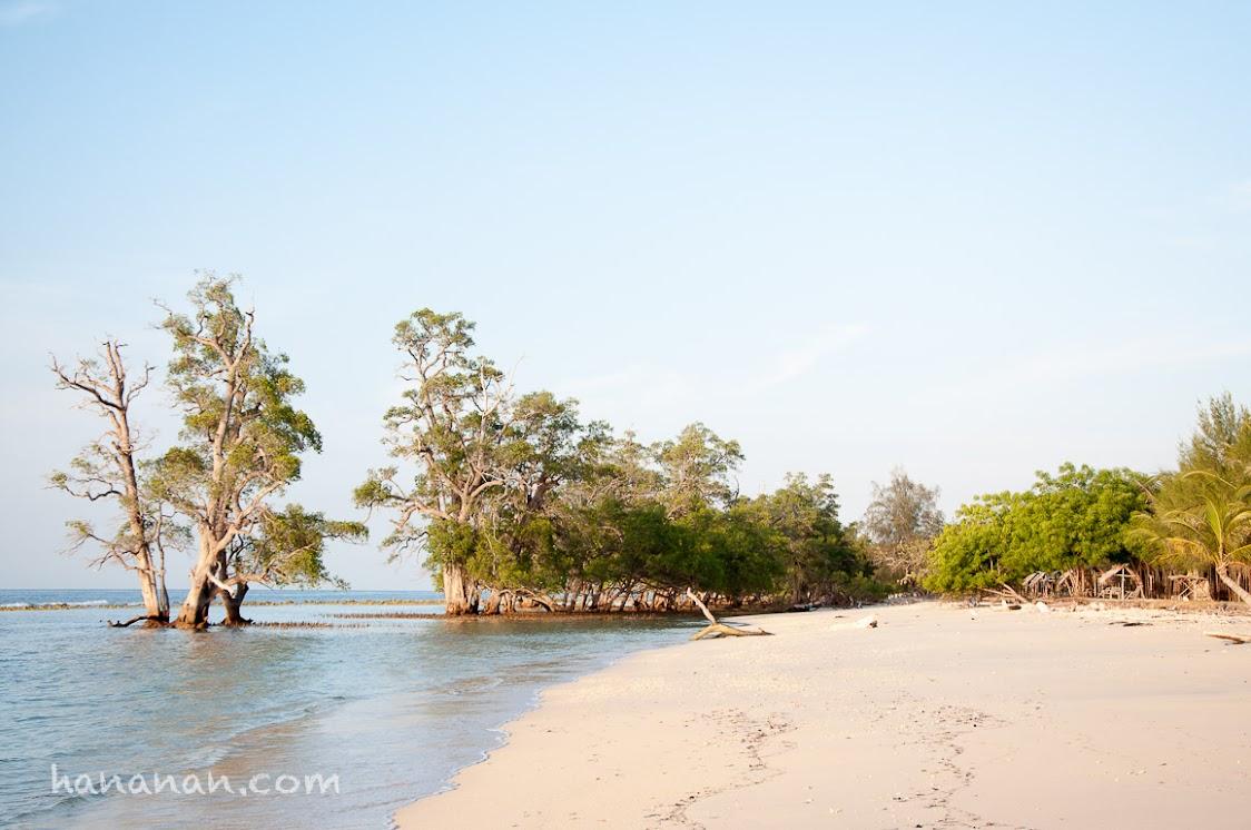Pantai Lhok Me atau Pantai Pasir Putih.