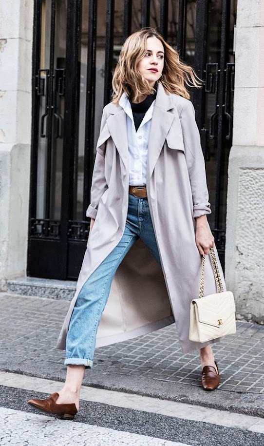 Casual outfit with neutral trench coat, white shirt and jeans for Soft Summer women