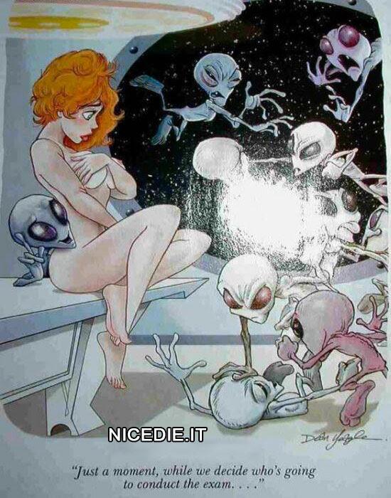 una bellissima donna nuda rapita dagli alieni che litigano per chi deve fare gli esperimenti