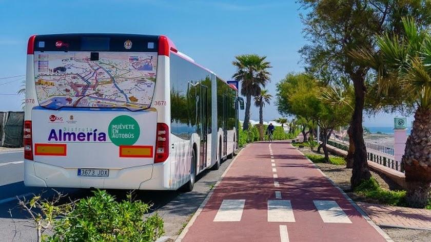 Autobús viajando junto al paseo de ribera