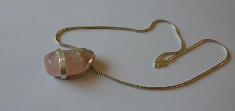 Photo: Helmien. zilveren hanger met rosekwarts