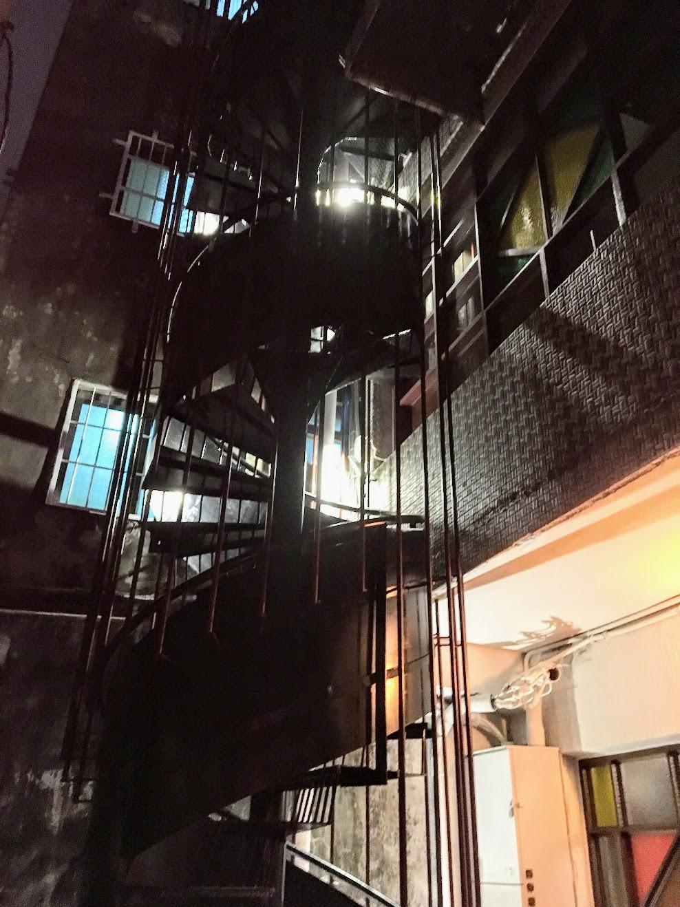 在青年路上台灣銀行隔壁,原本是三個民房由老闆改裝成新的店面,一二樓將會做簡餐店(還沒開始營運),三樓則需走這個旋轉樓梯才能到...三樓是本篇主角,萬吧!