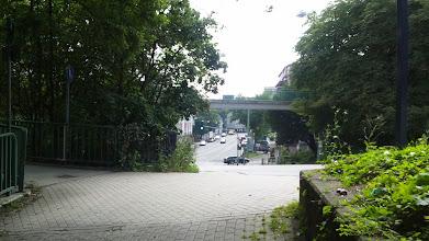Photo: Die Fußgängerbrücke über den Bergischen Ring mit Zugang am linken Bildrand vom Ost-Eingang des Buschey-Parks aus gesehen.