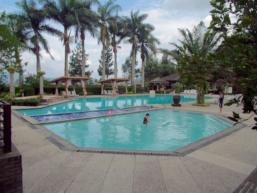 Kolam renang Hotel di Bandung saat non-weekend