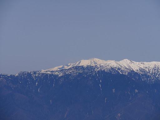 越百山と奥に木曽御嶽山(噴気も見える)