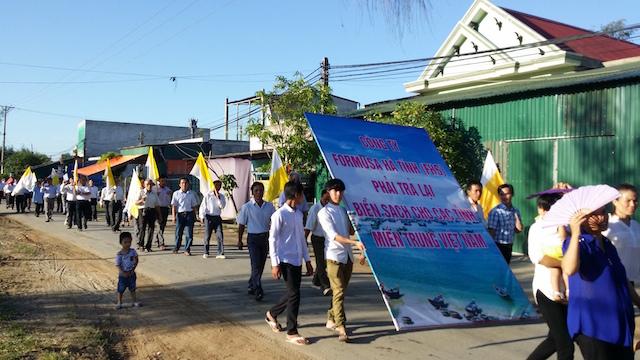 Hơn 4000 nghì giáo dân xứ Cửa Sót Xuống Đường tối thứ 7 và sáng Chúa Nhật